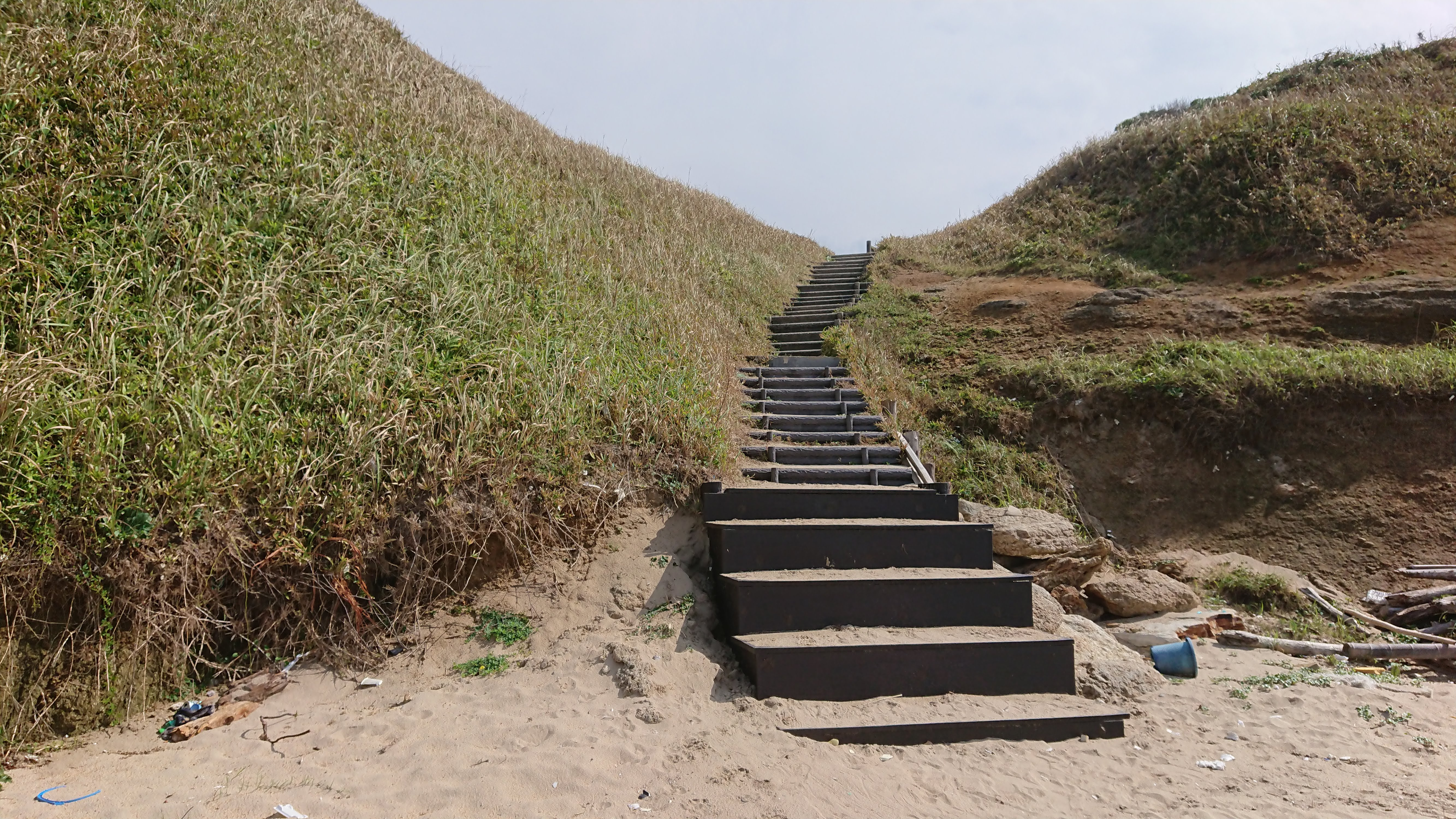 海から戻る階段
