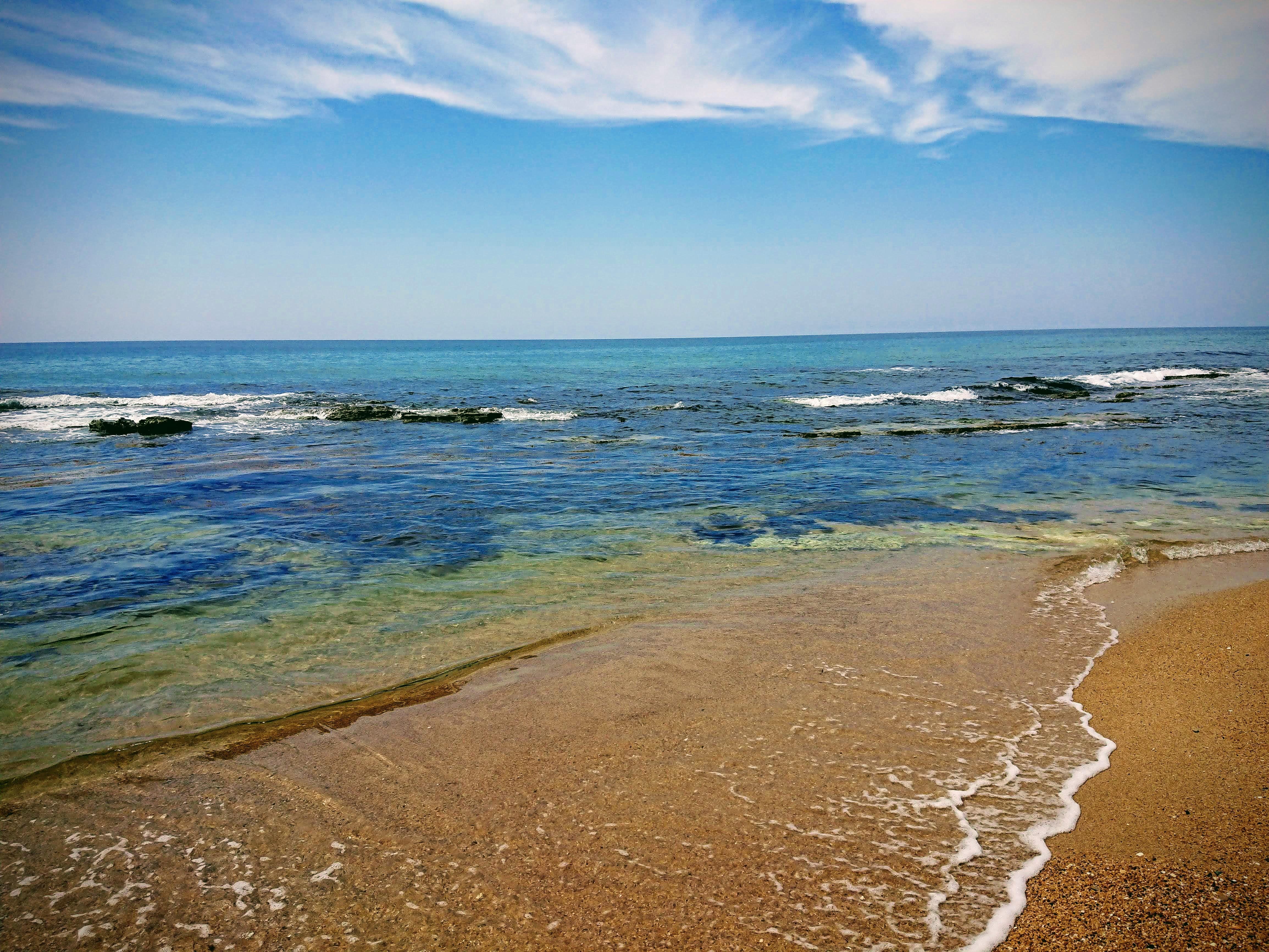 岩場のある海の浅瀬