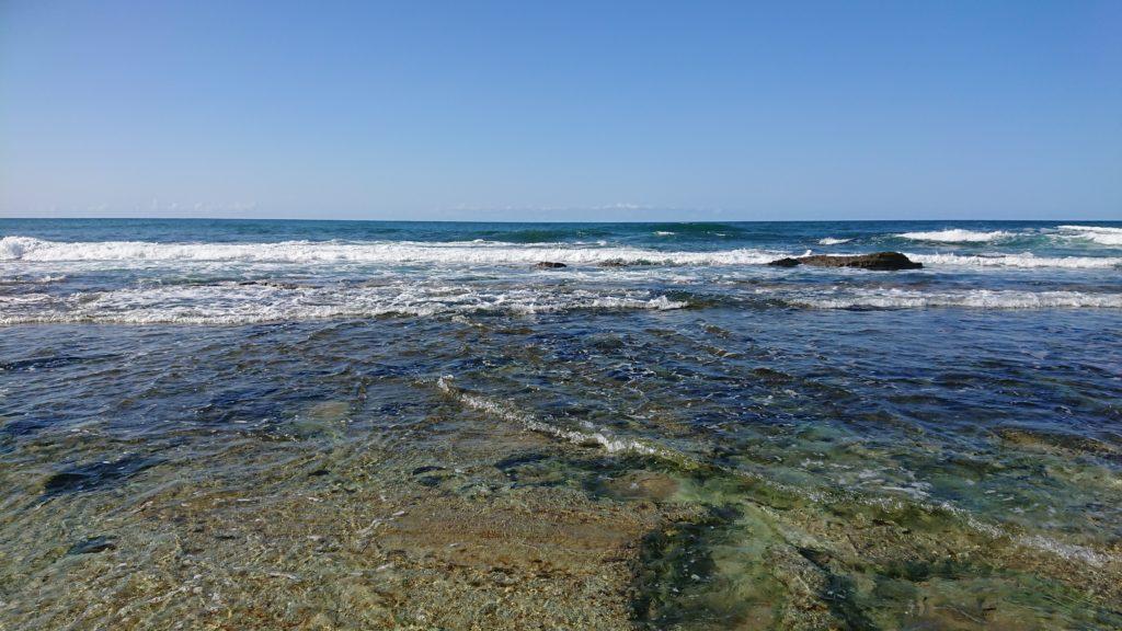 琴引浜の波が打ち寄せる岩場