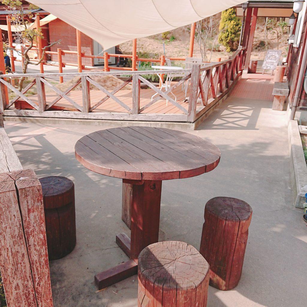 ミルク工房SORAの屋外の木のテーブル