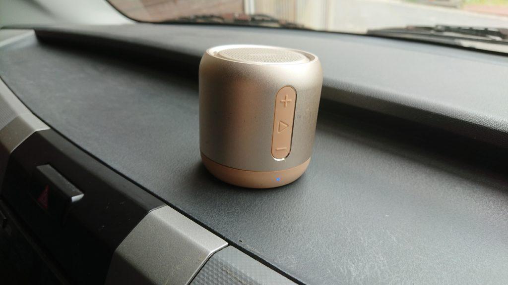 Anker SoundCore mini を車のダッシュボードに置いた
