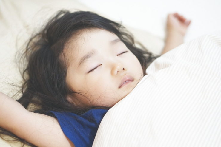 布団に寝る子供