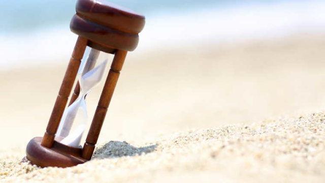 砂浜にある砂時計