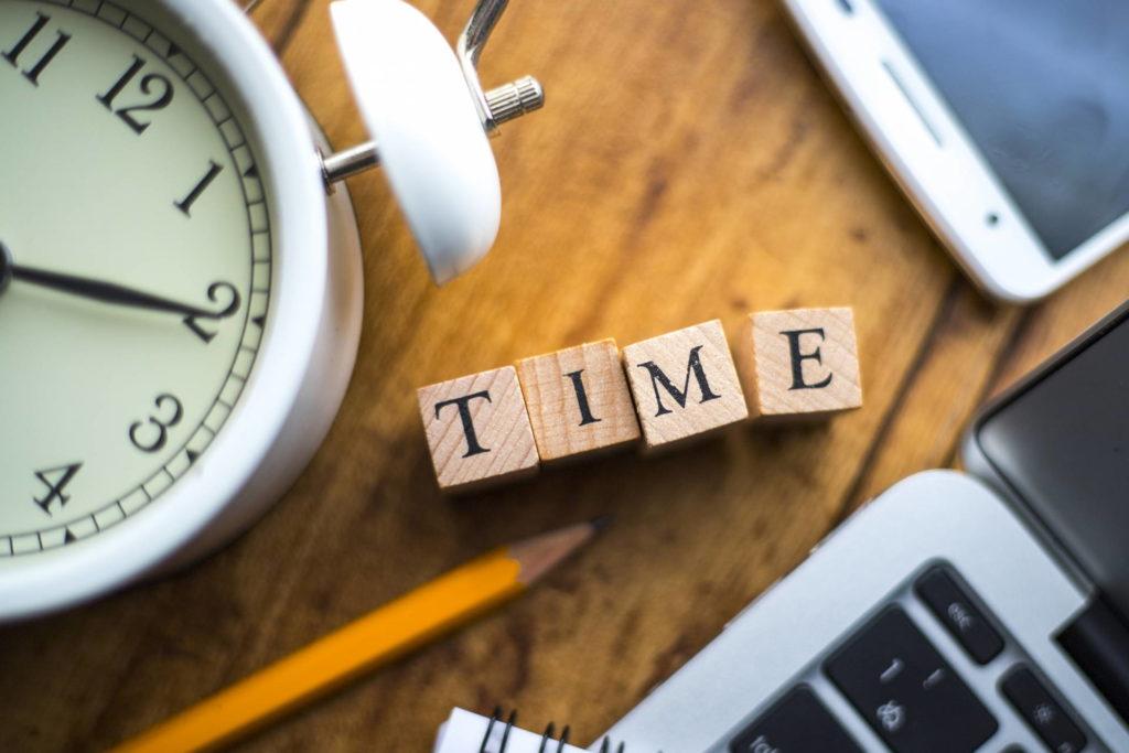 時計と「TIME」の文字