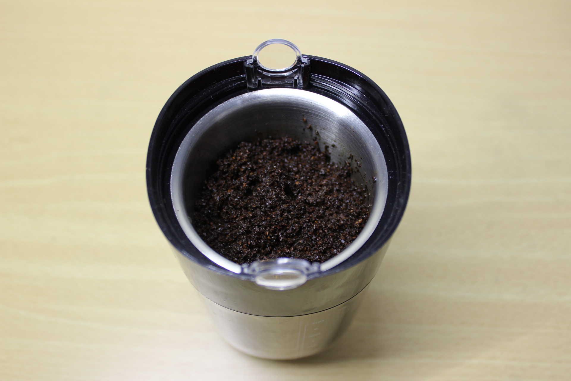 コールドブリューが作れるWiswell Water Dripperのコーヒーバスケットに入れたコーヒーパウダーを湿らせた