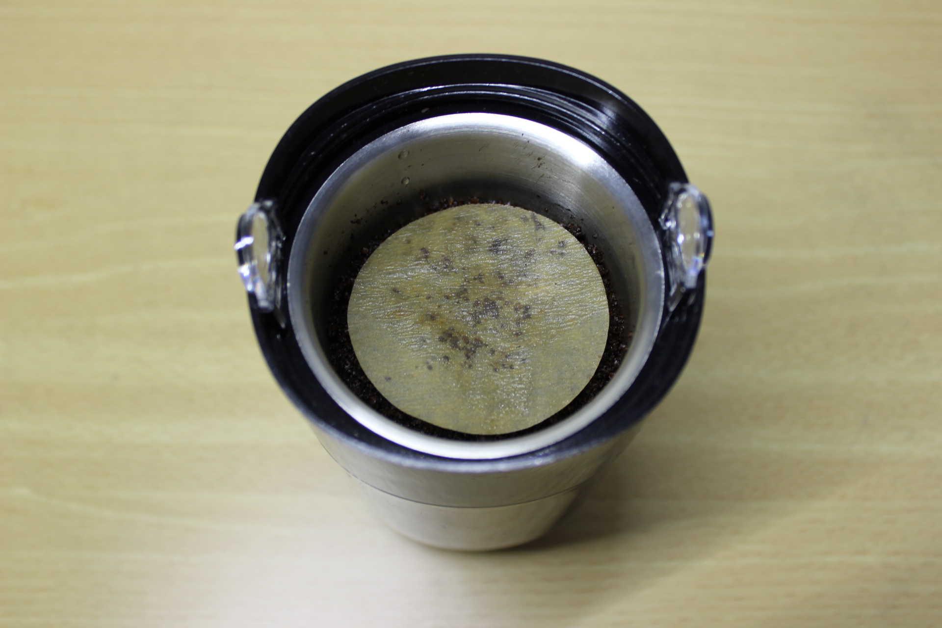 コールドブリューが作れるWiswell Water Dripperのコーヒーバスケットに入れたコーヒーパウダーを湿らせてしめたフィルターを乗せた