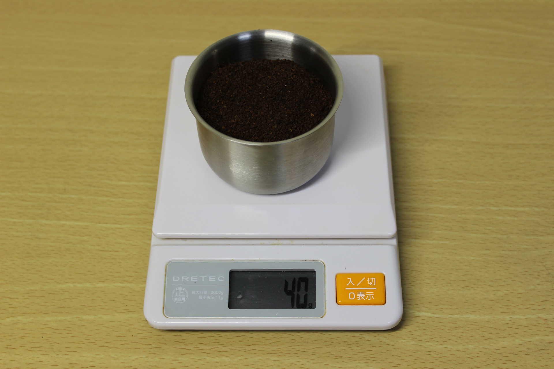 コールドブリューが作れるWiswell Water Dripperのコーヒーバスケットにコーヒーパウダーを40g入れて計っている