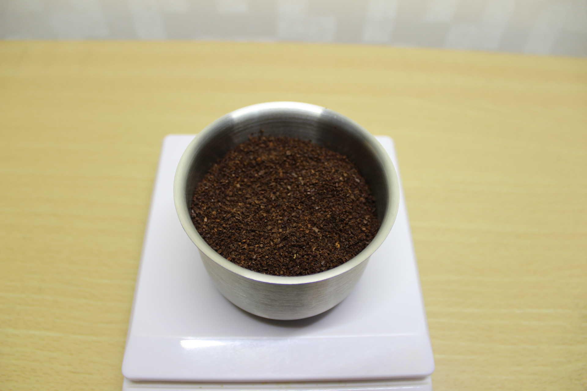 コールドブリューが作れるWiswell Water Dripperのコーヒーバスケットに40gのコーヒーパウダーを入れた