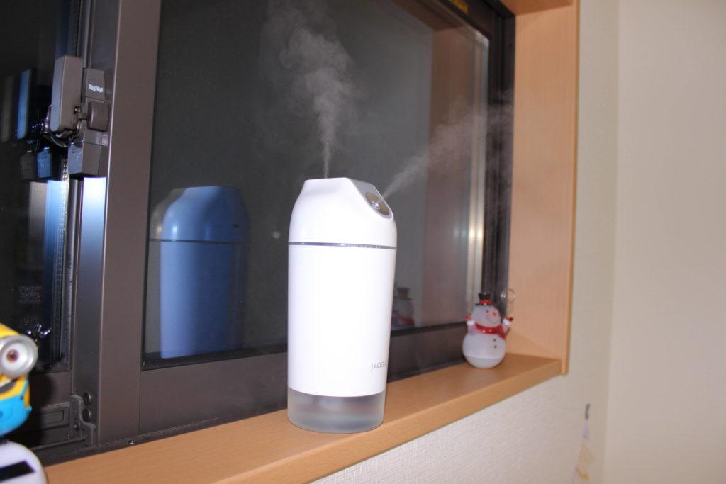 窓の棚に置いた加湿器