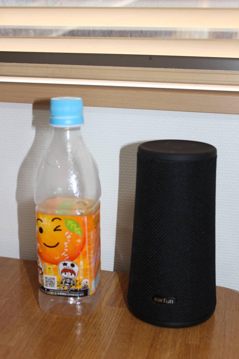 EarFun UBOOMとペットボトルの大きさ比較