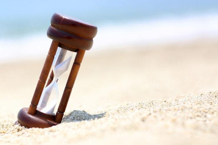 砂浜に置かれた砂時計