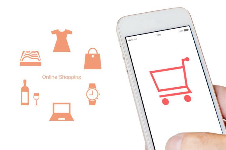 オンラインショッピングの商品とスマホ