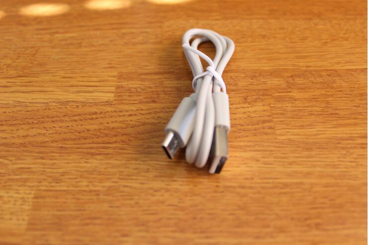 AVIOT TE-D01g 完全ワイヤレスイヤホンの付属USBケーブル
