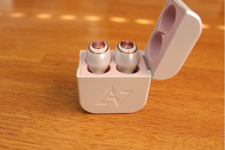 AVIOT TE-D01g 完全ワイヤレスイヤホンを充電ケースに2つ入れた状態