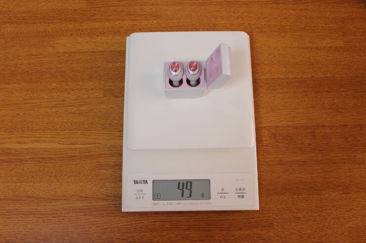 AVIOT TE-D01g 完全ワイヤレスイヤホン本体を充電ケースに入れてをスケールで重さを量っている