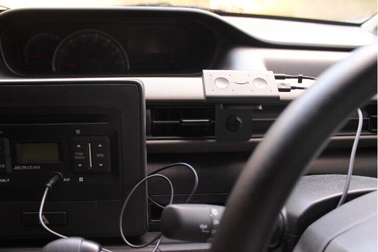 車に取り付けたAmazon Echo autoにAUXケーブルを接続した状態