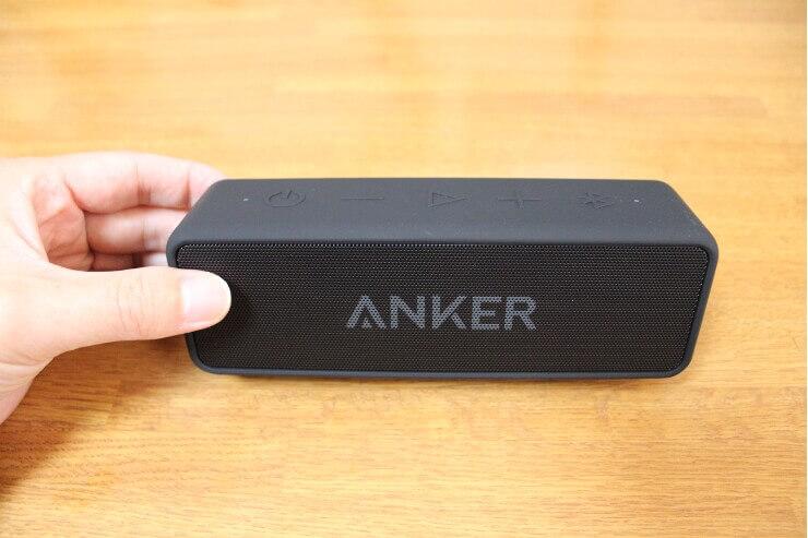 手に持ったAnker Soundcore 2