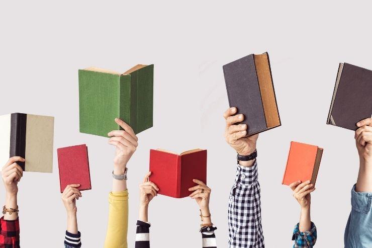 手に持ち上げられた複数の本