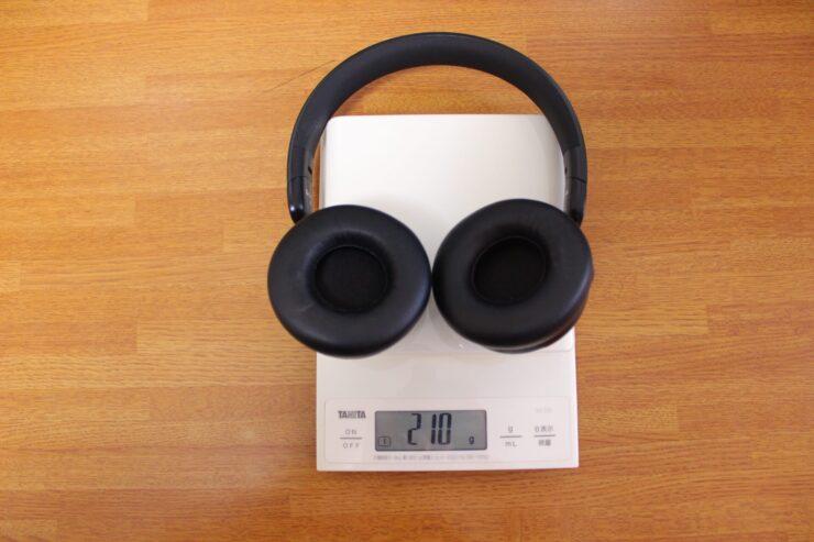「OneOdio SuperEQ S2」をスケールで重さ測定しているところ
