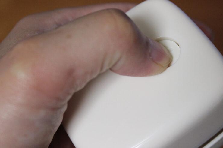 「スージーコロン」電源スイッチを押しているところ
