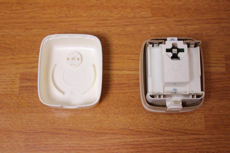 「スージーコロン」乾電池取付部とフタ