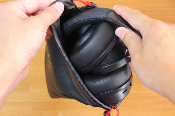 「OneOdio A30」付属の袋に本体を入れるところ