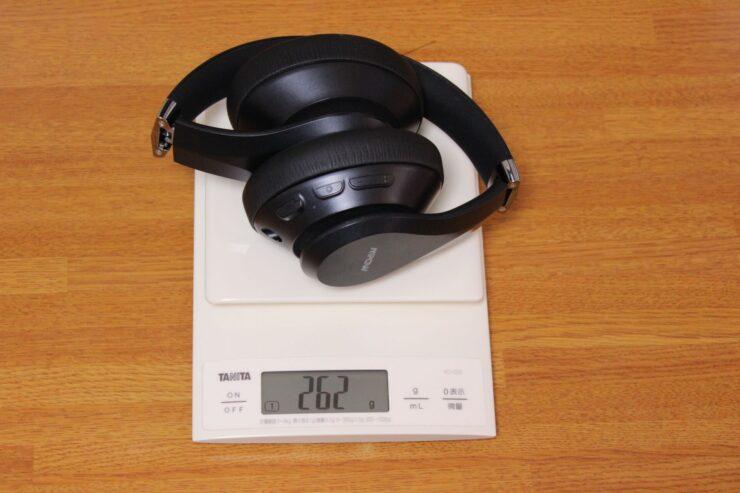 「MPOW H20 QCC3034 VER.ワイヤレスヘッドホン」スケールで重さを測定しているところ