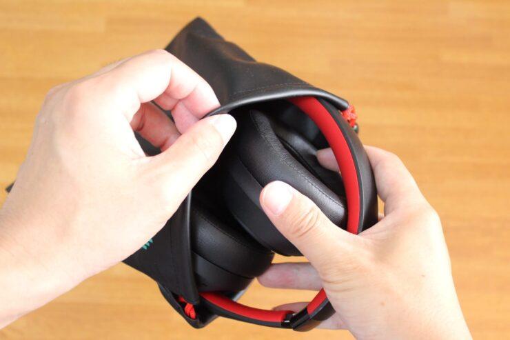 「OneOdio SuperEQ S1」付属の袋に本体を入れているところ