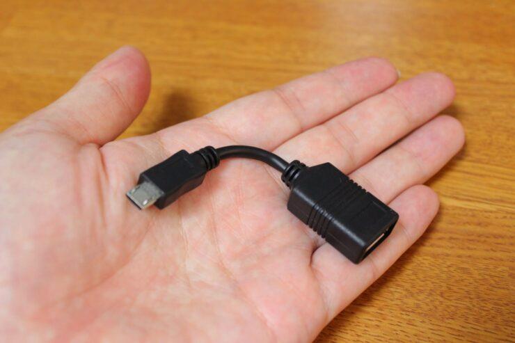 「BUFFALO USB TypeA - Miceo B 変換アダプター」を手のひらに乗せた