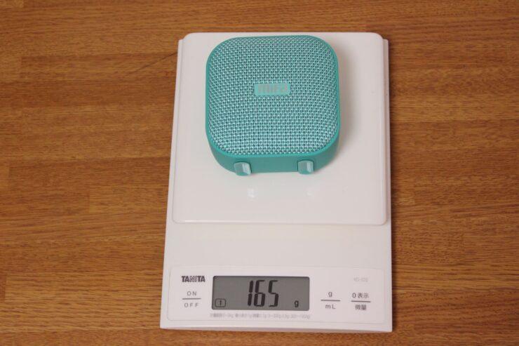「MIFA A1 ポータブルBluetoothスピーカー」の重さをスケールで量ったところ