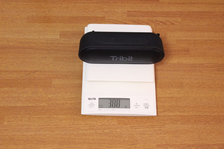「Tribit XSound Go」ポータブルワイヤレススピーカーの重さをスケールで量っている